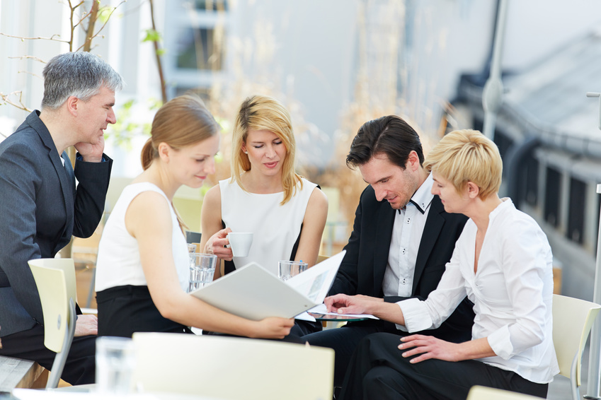 Mehrere Geschäftsleute arbeiten im Team im Freien im Sommer